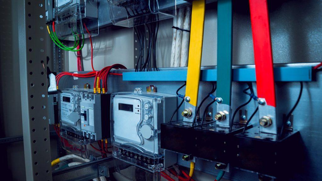 ustanovka stabilizatora napryazhenia elektryky 1024x576 - Установка стабилизаторов напряжения